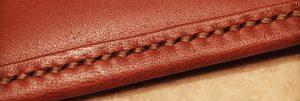 نمونهای از دوخت با کیفیت در کیف چرم